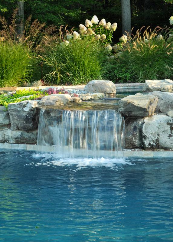 Декоративный водопадом в цветах