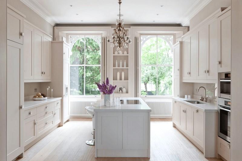 Интерьер кухни в белых тонах с большим окном