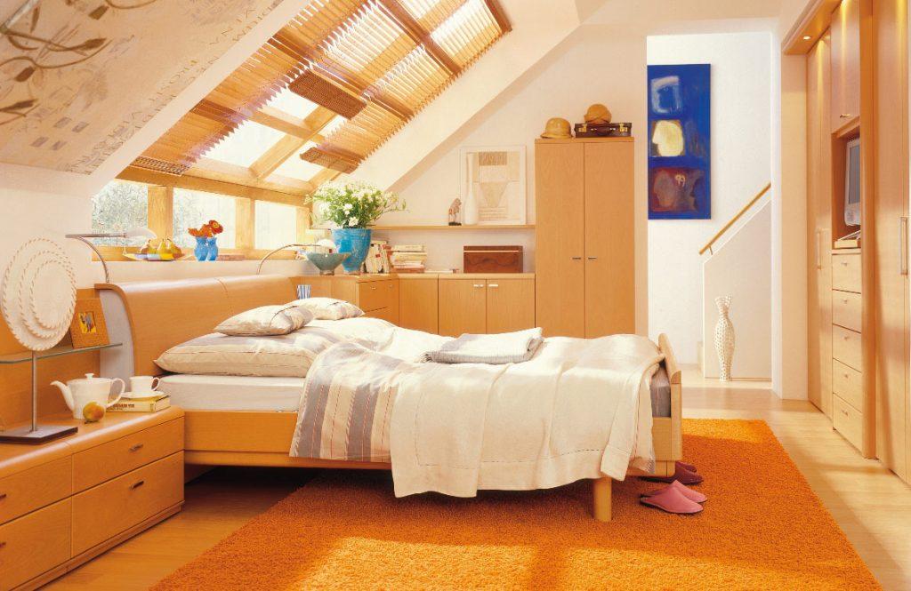 Интерьер спальной в светло-оранжевых цветах выглядит очень уютно