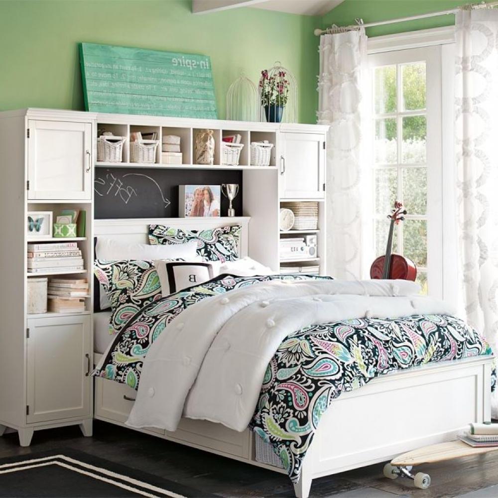 Светлая комната в зеленых тонах для девочки-подростка