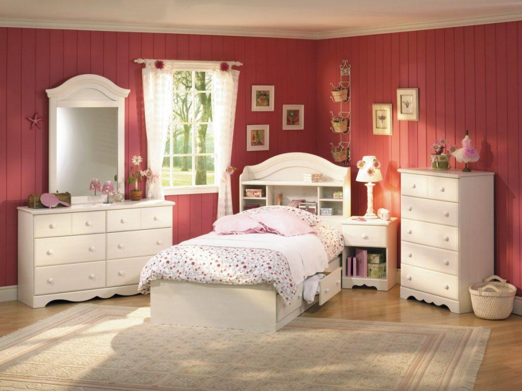 Красные стены в комнате для девочки-подростка