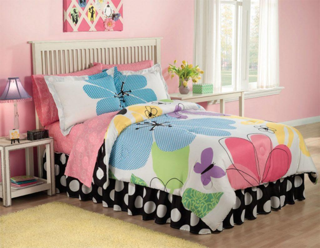 Яркая кровать в комнате для подростка-девочки