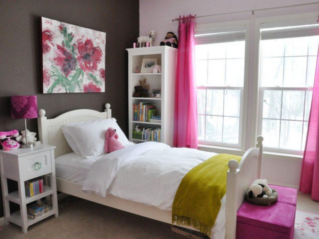 Небольшая уютная комната с окном для девочки