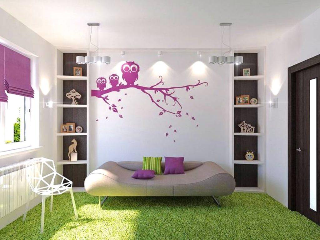 Удобный диван в комнате для девочки-подростка