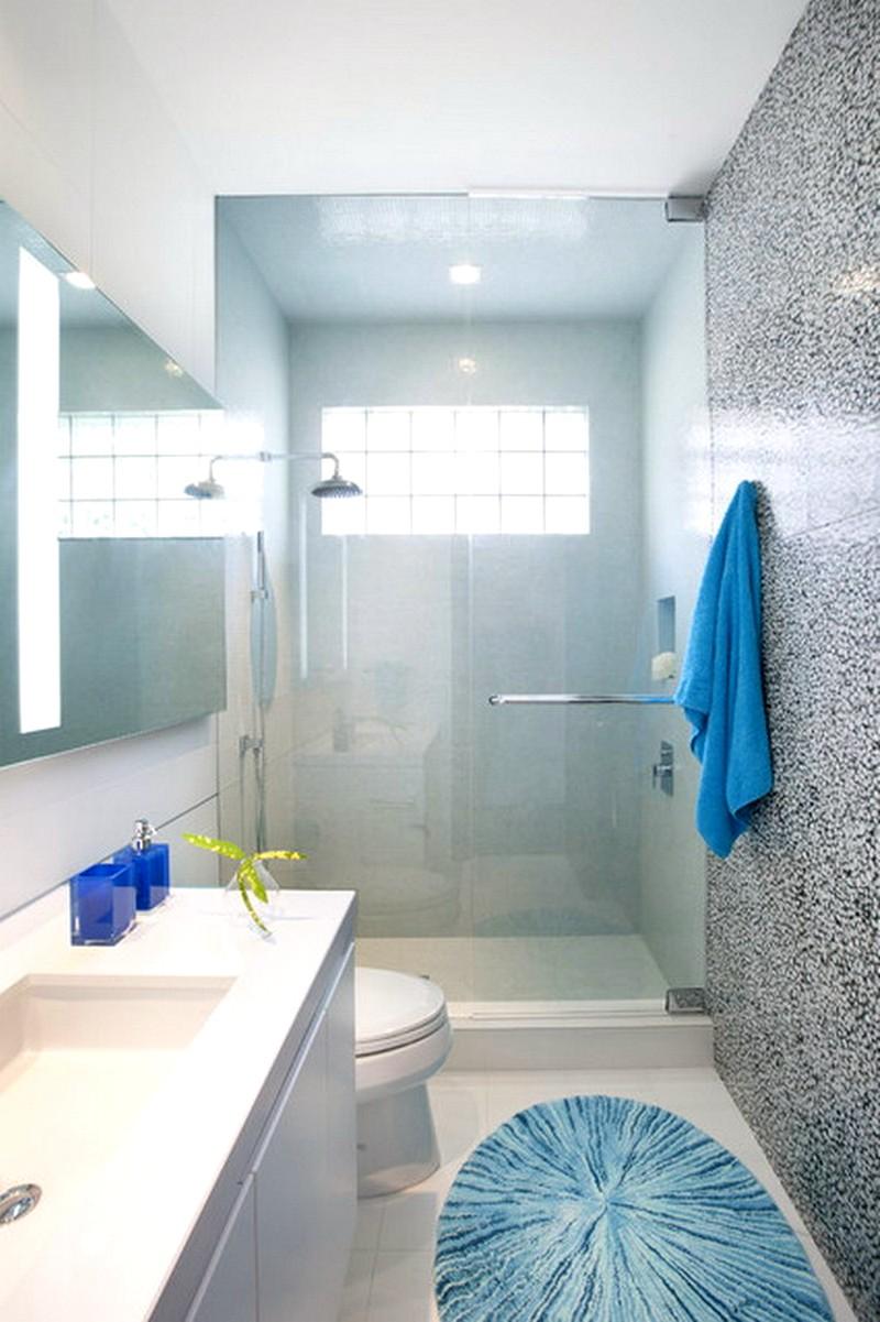 Красивая небольшая ванная в голубых цветах