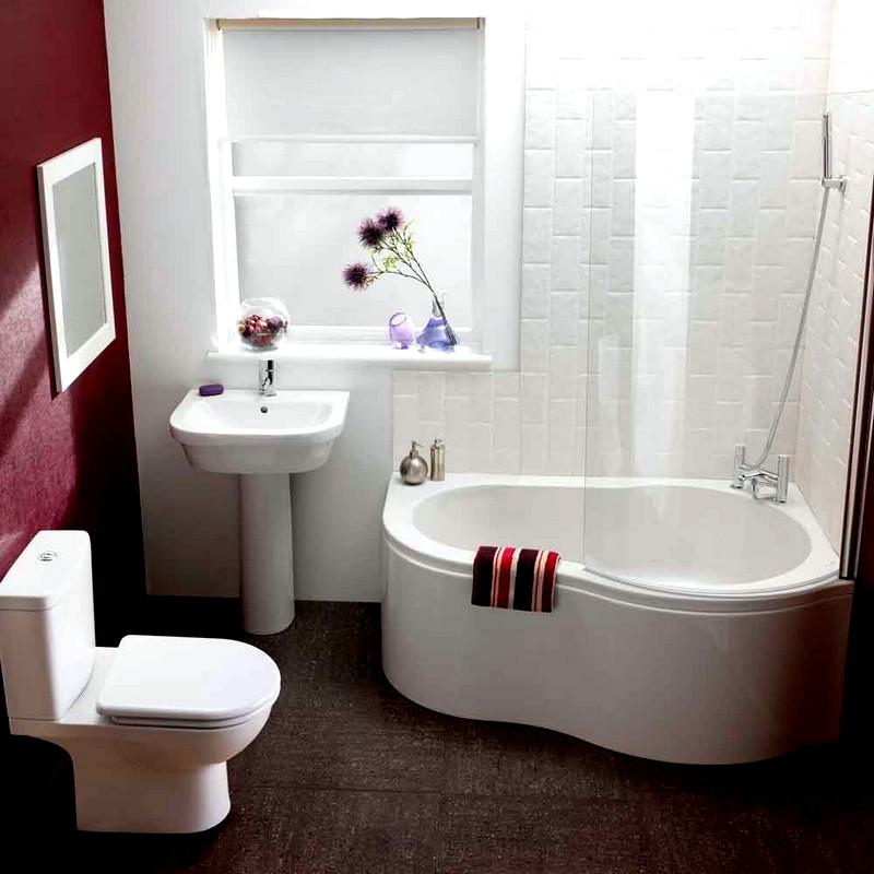 Небольшая ванная комната с бордовыми акцентами