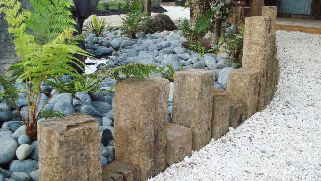Оформления участка крупным камнем и декоративной крошкой