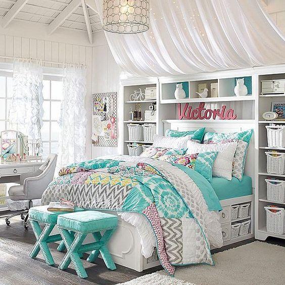 Сочетание белого и бирюзового цветов в интерьере спальни для девочек