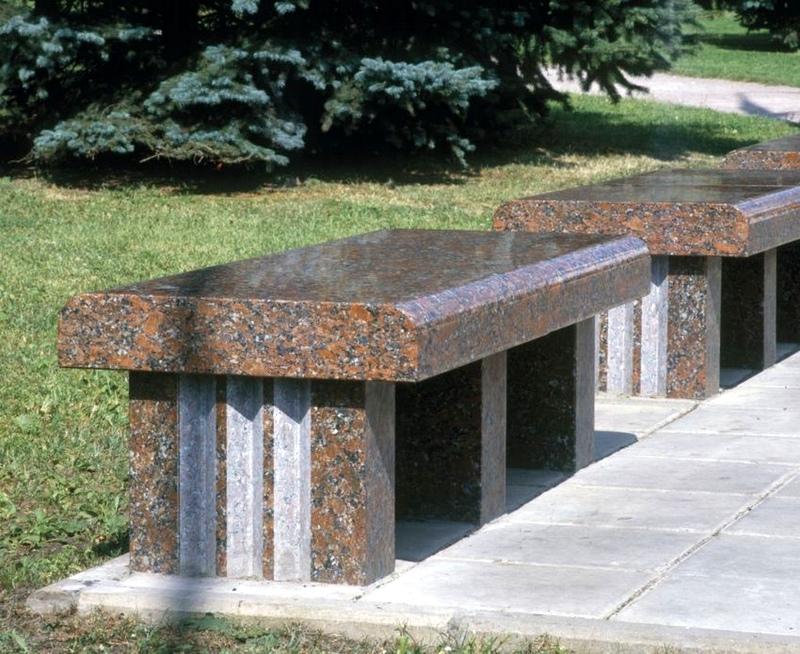 Гранитная скамья в ландшафтном дизайне