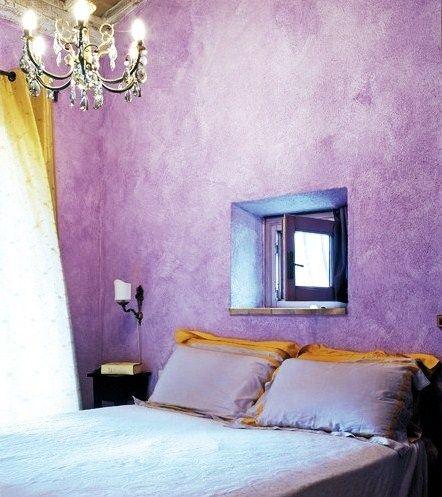 лавандовые обои в спальне стиля прованс