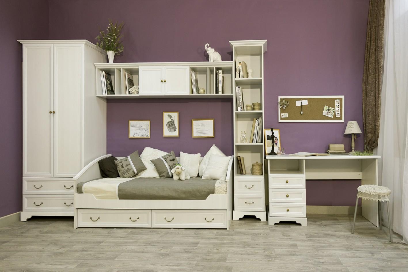 Белая мебель в комнате для девушки