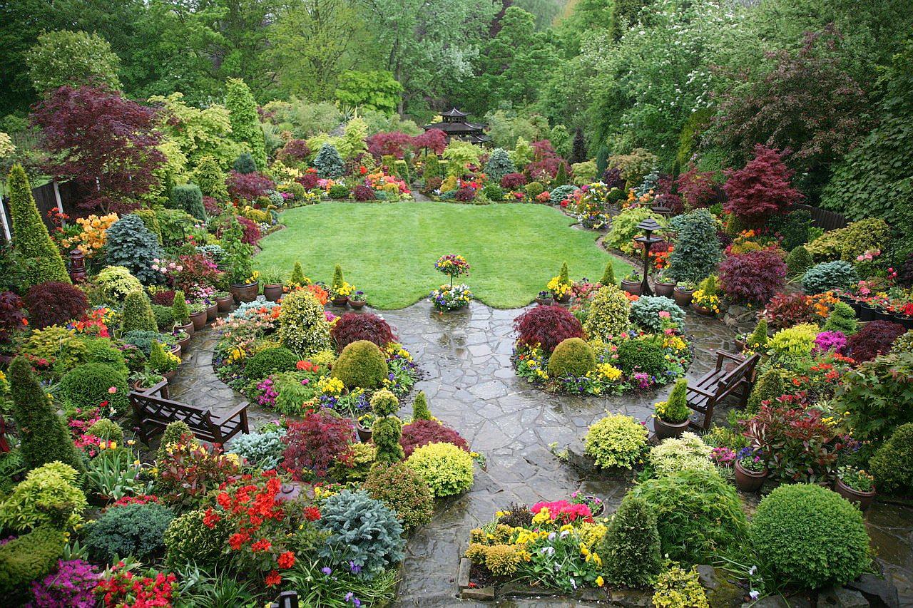 Место гармонии и спокойствия для людей в саду в английском стиле