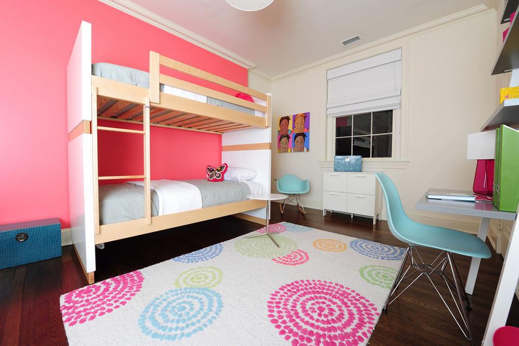 Двухъярусная кровать в детской комнате для девочек
