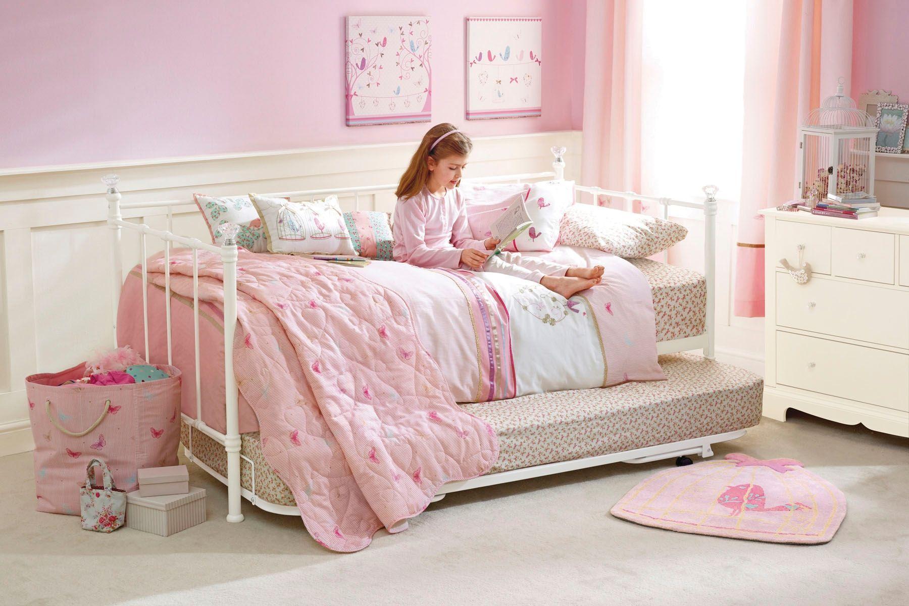 Удобная мягкая кровать в комнате для девочки