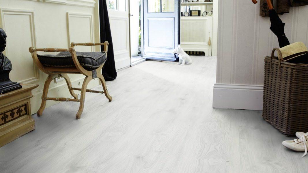 Белый ламинат для увеличения пространства