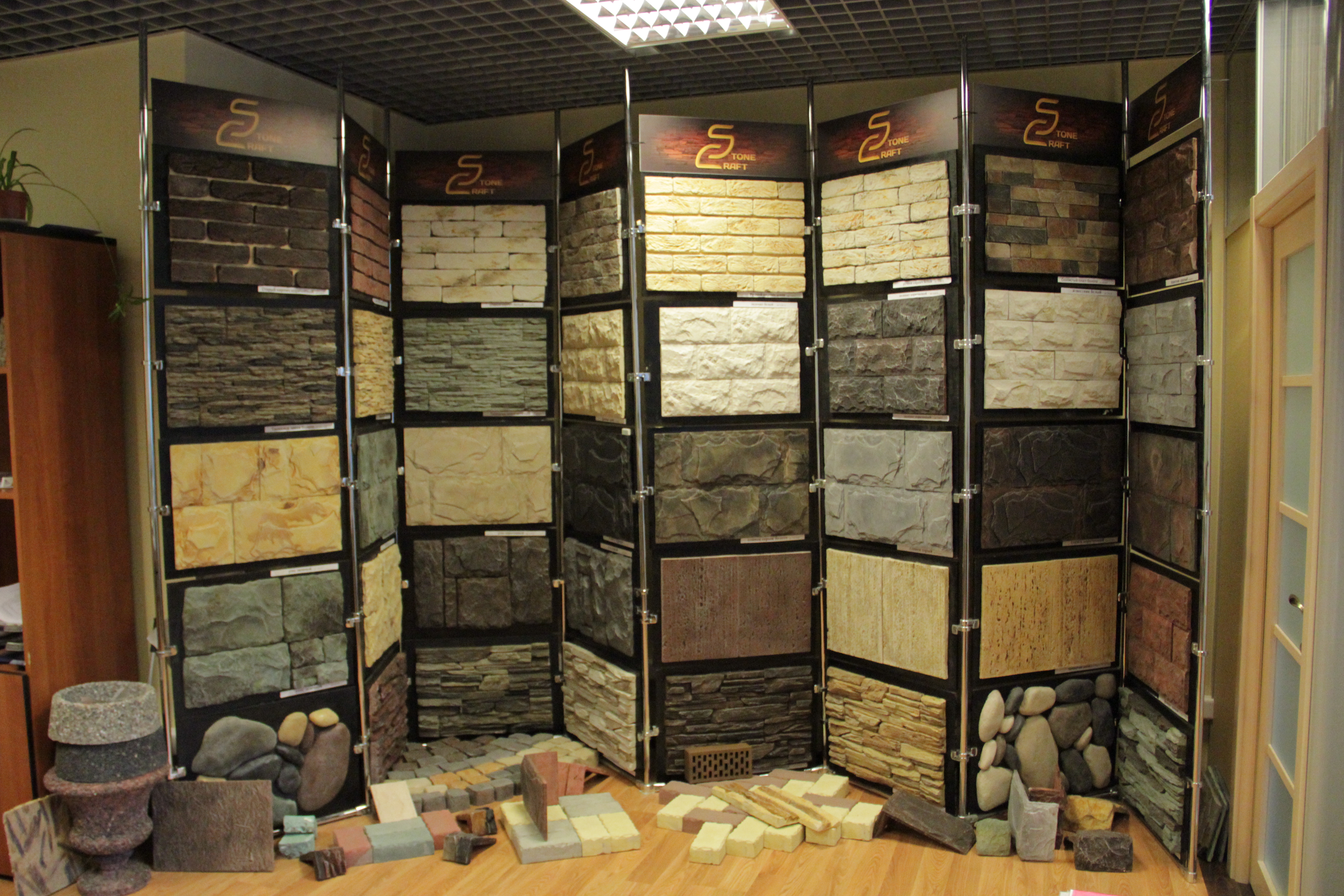 Ассортимент стеновых панелей под камень
