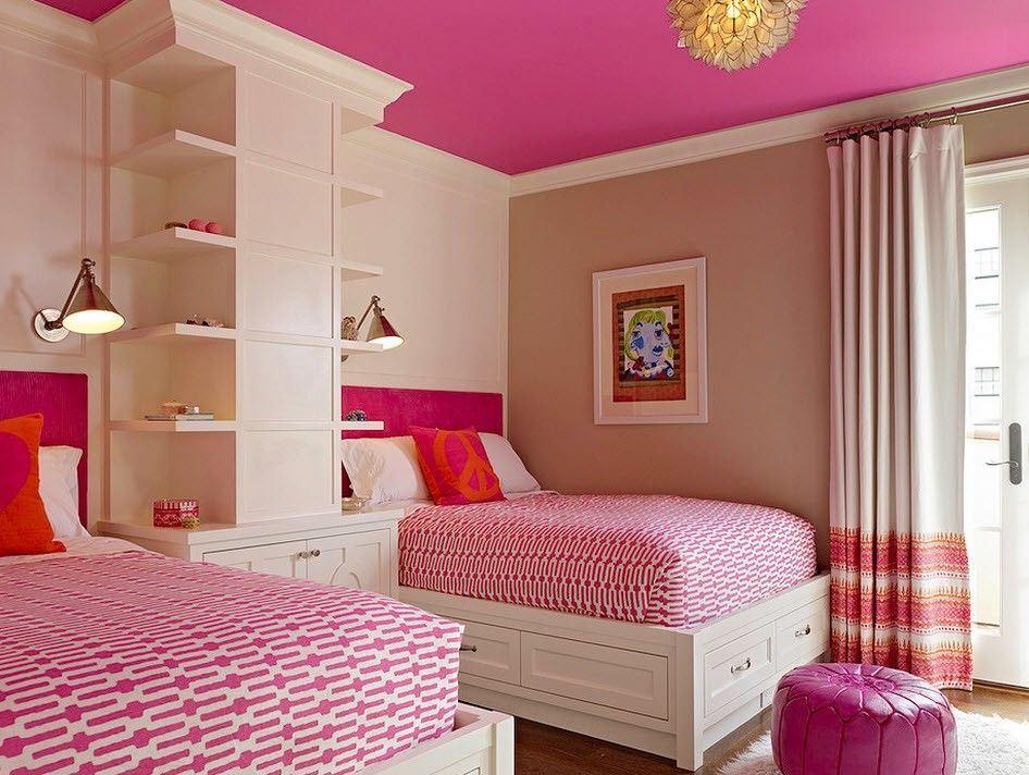 Красивая детская комната для двух девочек в розовых тонах