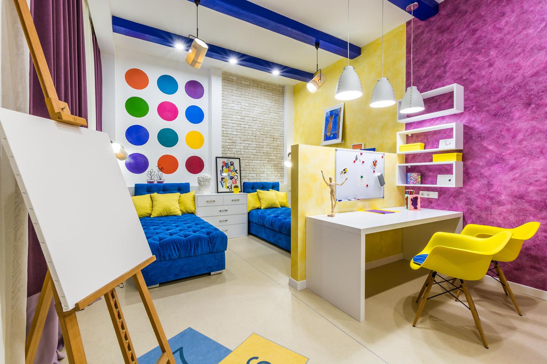 Яркий интерьер детской комнаты для двух девочек