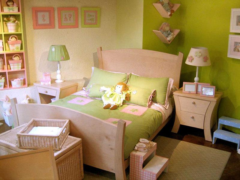 Широкая кровать в комнате девочки для игр