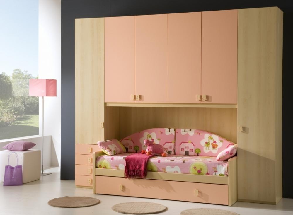 Компактная мебель в комнате для девочки