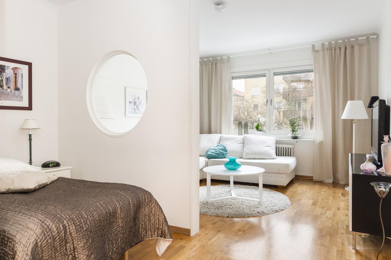 Перегородка с окошком для зонирования гостиной от спальни