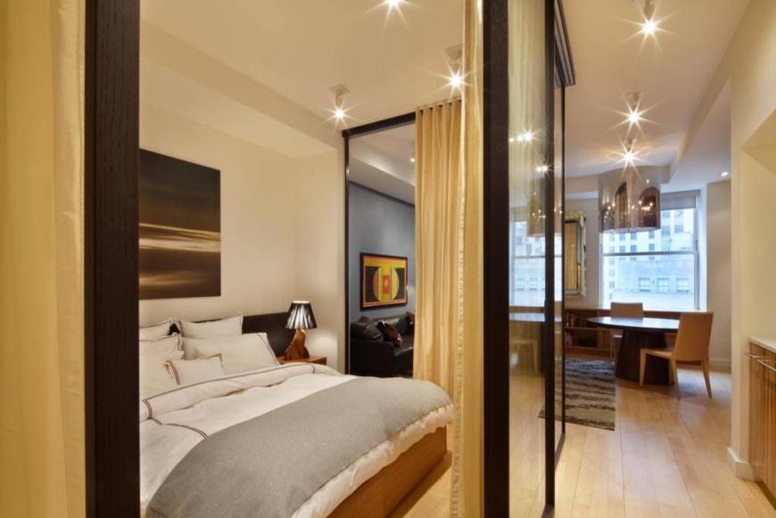 Использование ширм для зонирования спальни от гостиной