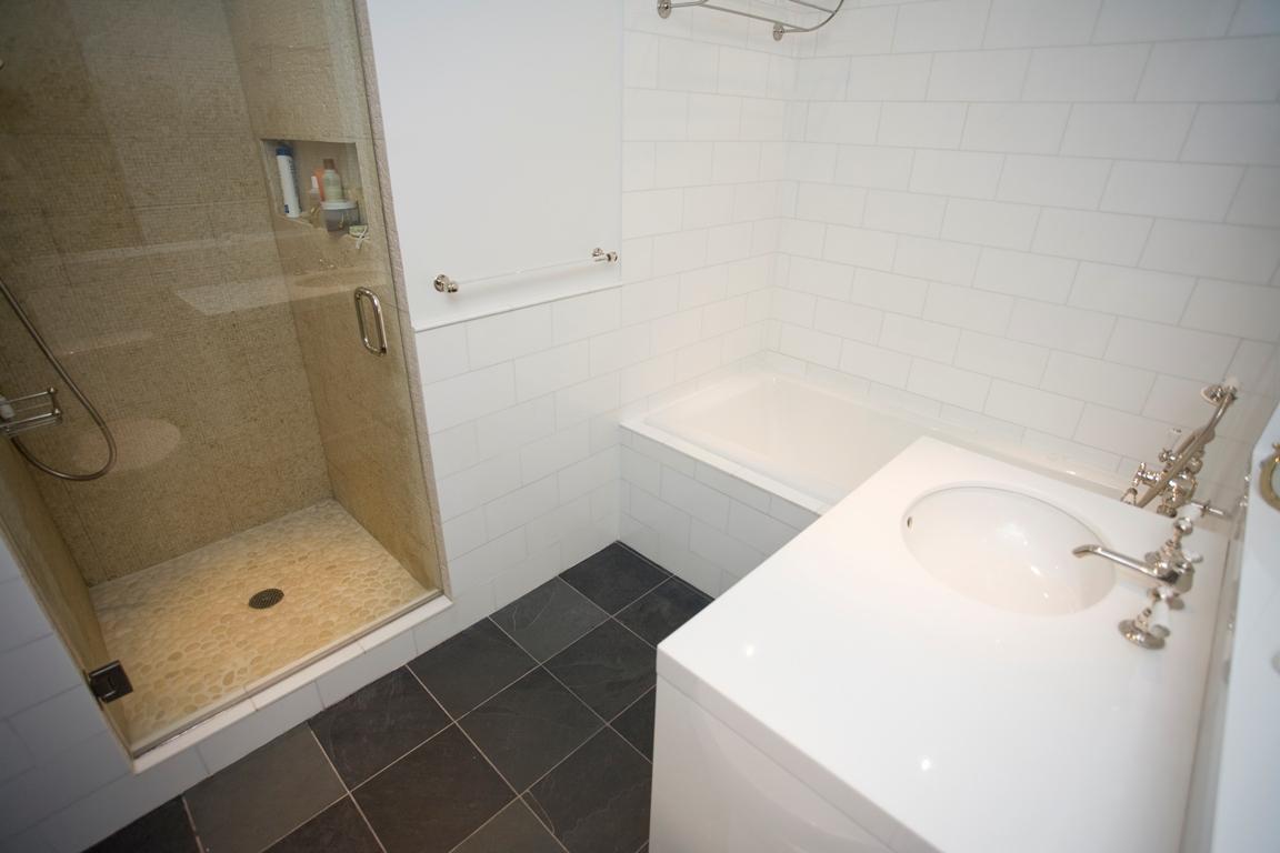 Скромный дизайн маленькой ванной комнаты