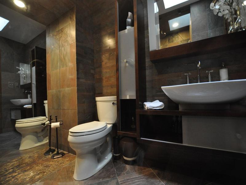 Зеркало поможет визуально увеличить размеры маленькой ванной комнаты