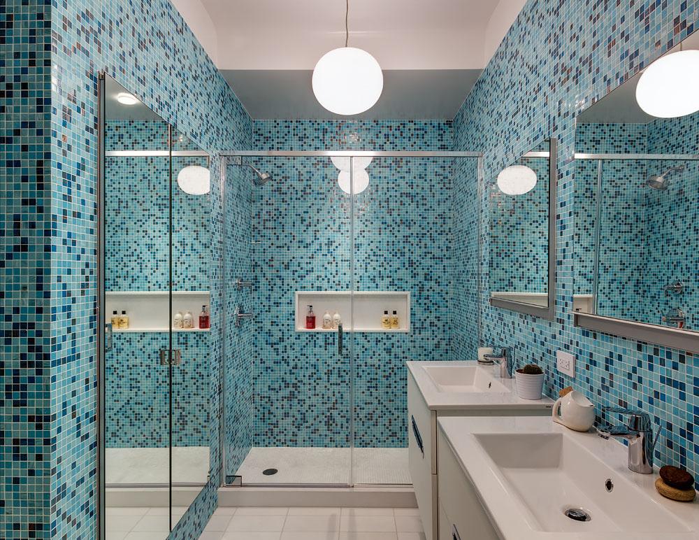 Мозаика отлично подходит для маленькой ванной комнаты