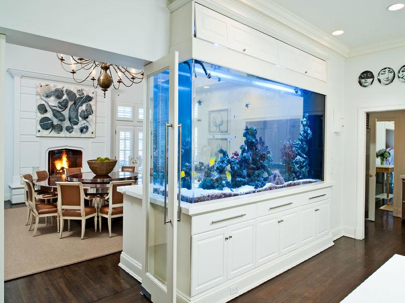 Очень красиво смотрится большой аквариум между гостиной и кухней