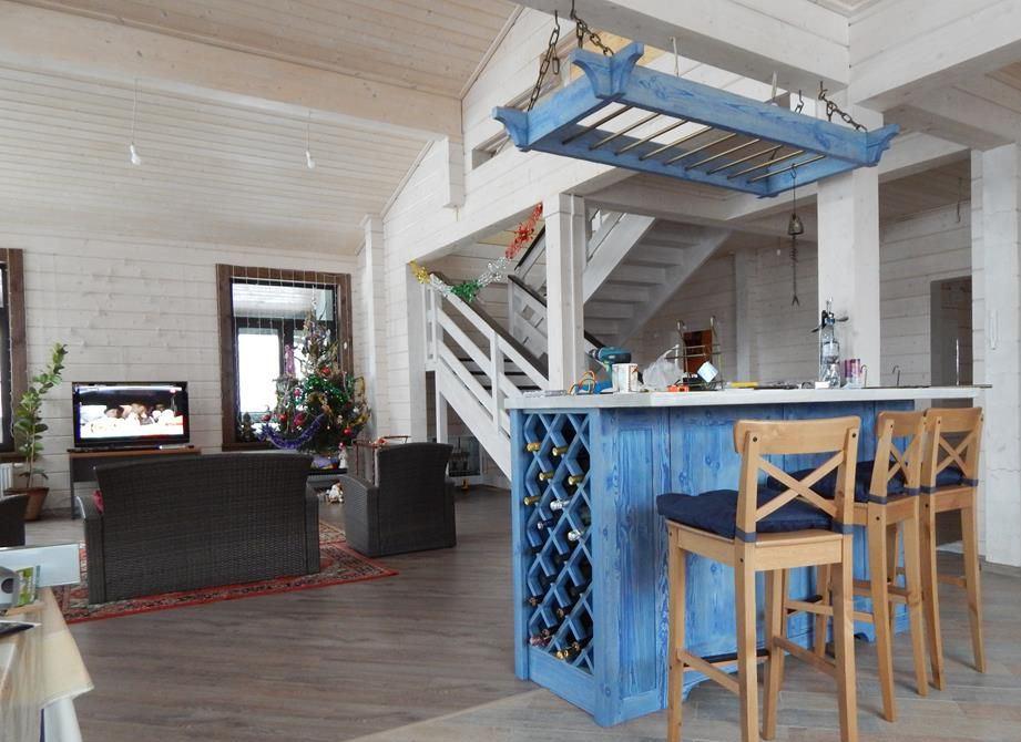 Дизайн гостиной с барной стойкой в стиле кантри