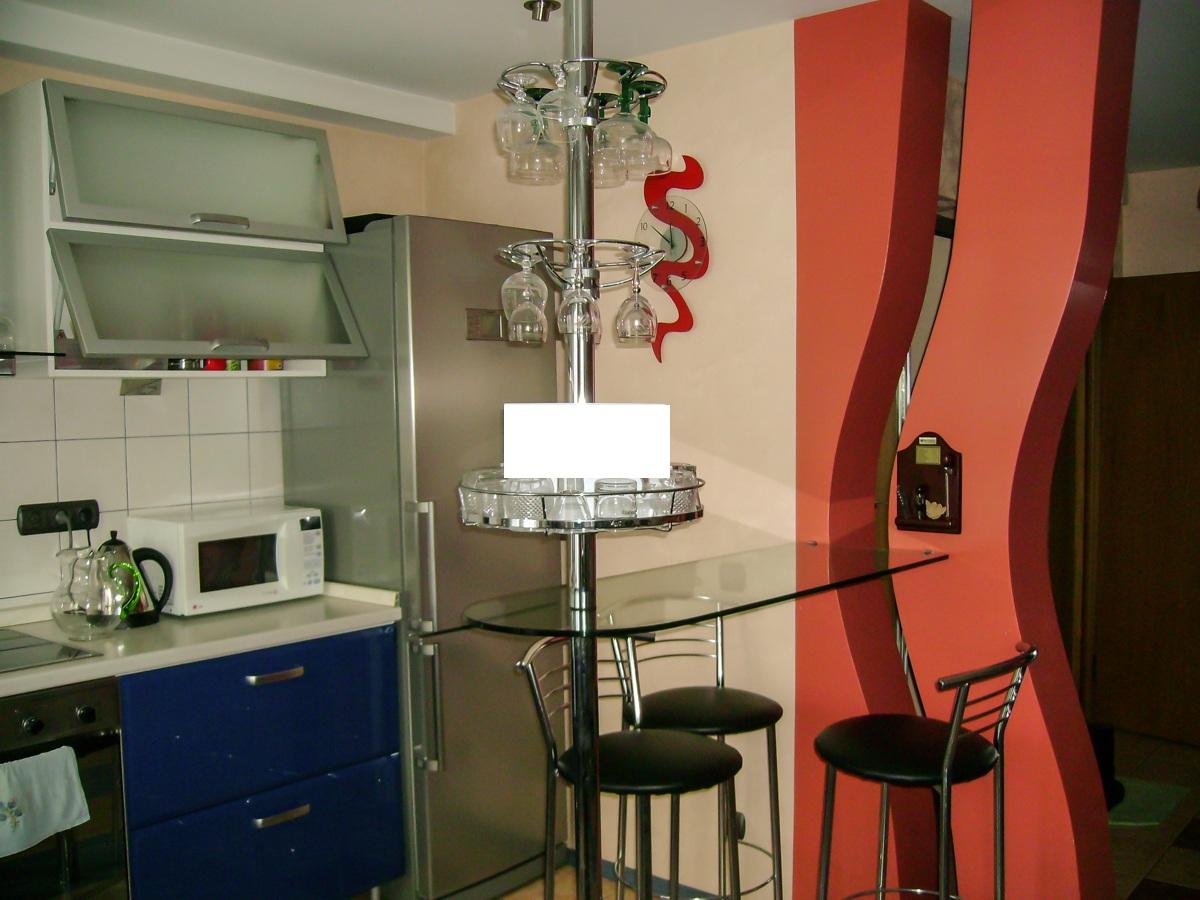 Стеклянная барная стойка в интерьере гостиной
