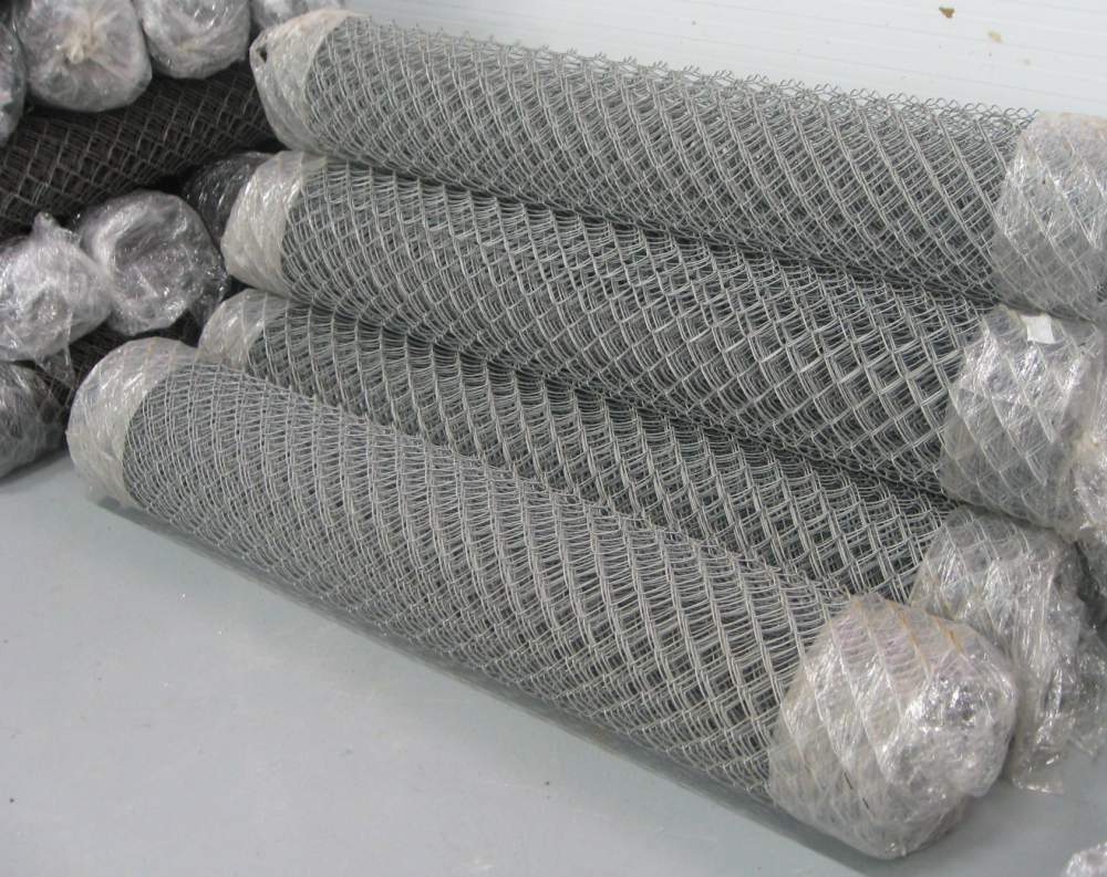Самым простым вариантом для конструкций правильной формы будет приобретение готовой сетки-рабицы