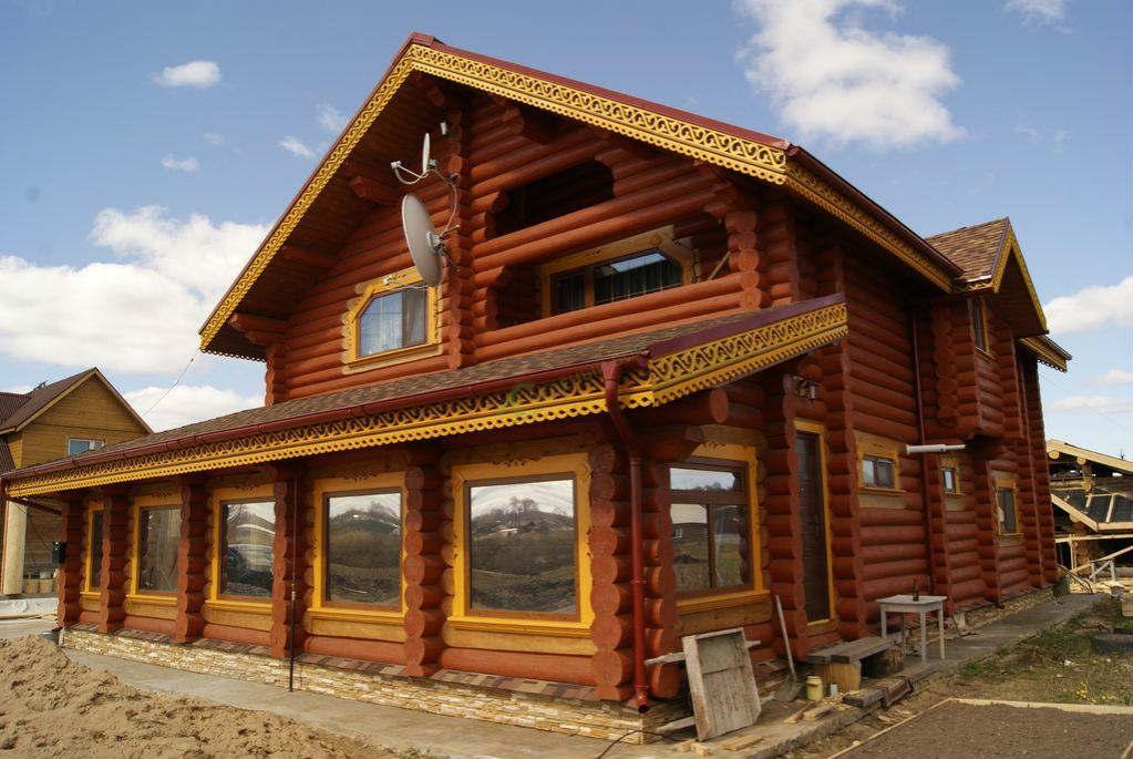 Деревянный дом из отшлифованных бревен на манер старинной избы
