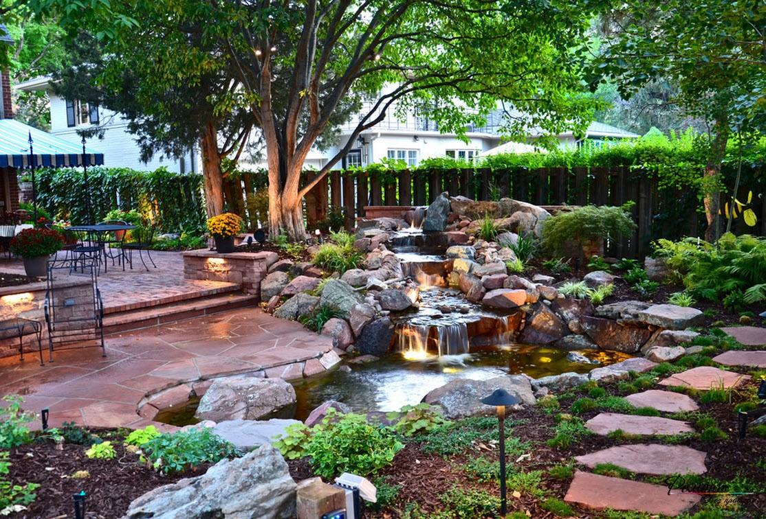 Терраса с искусственным водоемом и декоративными камнями