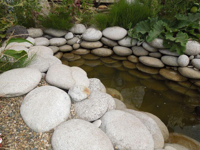 Глыбы и валуны для оформления водоема на дачном участке