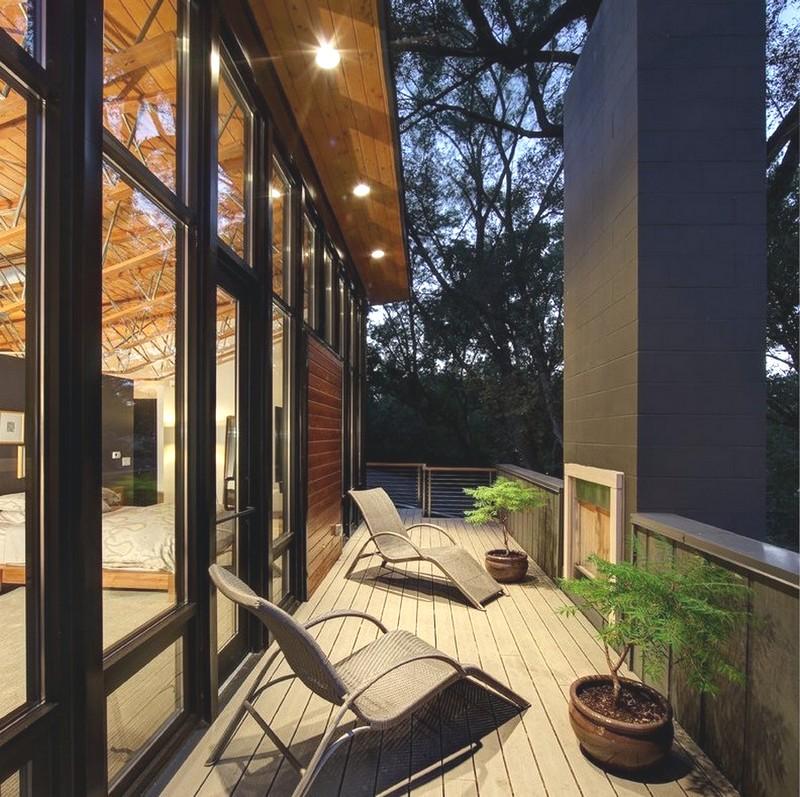 Дизайн балкона в коричневых тонах
