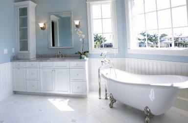 Дизайн ванной комнаты с голубыми покрашенными стенами