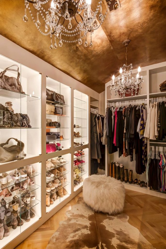 Золотистая гардеробная комната