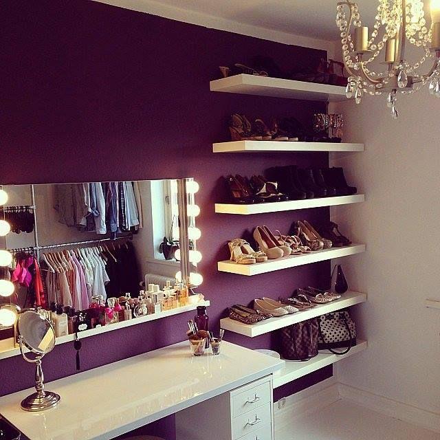 Интересная гардеробная фиолетового цвета