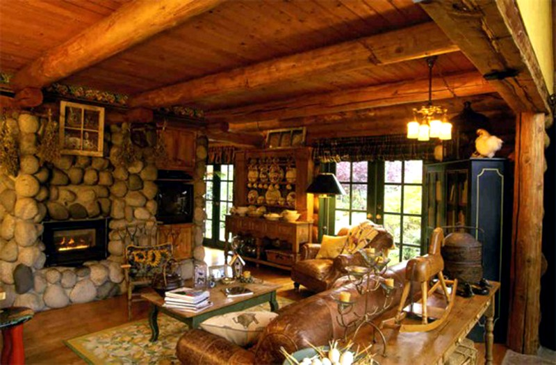 Интерьер деревянного дома внутри под старину