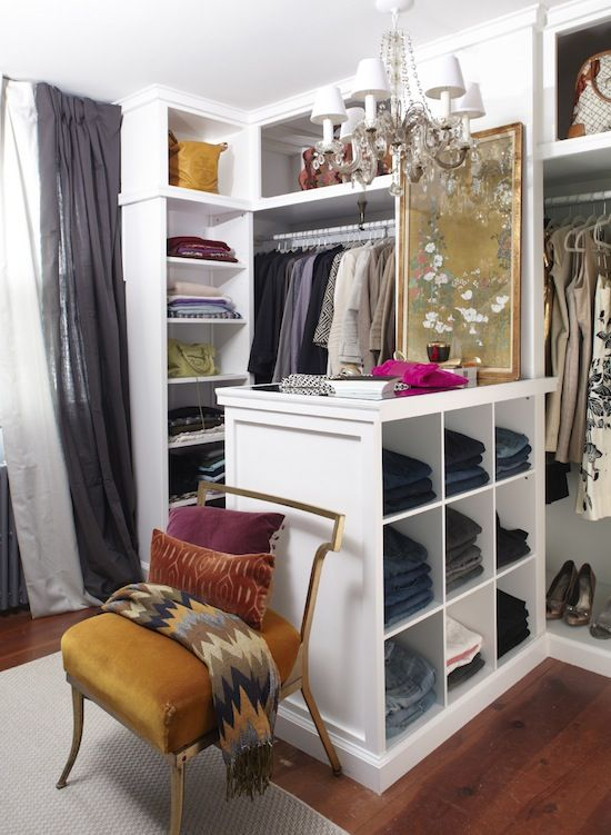Компактная гардеробная комната белого цвета