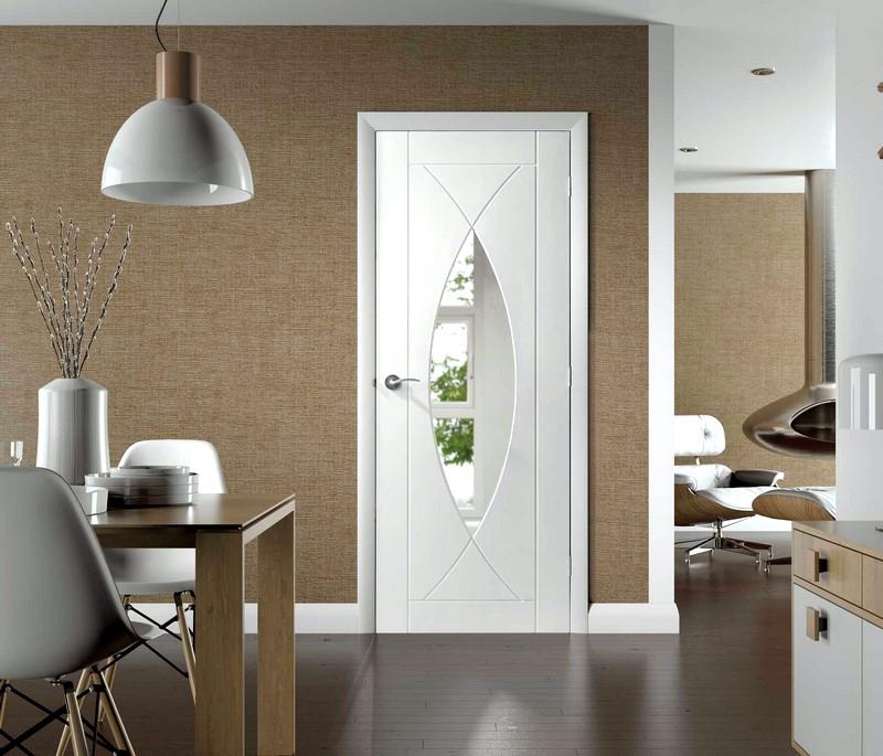 Необычная белая дверь
