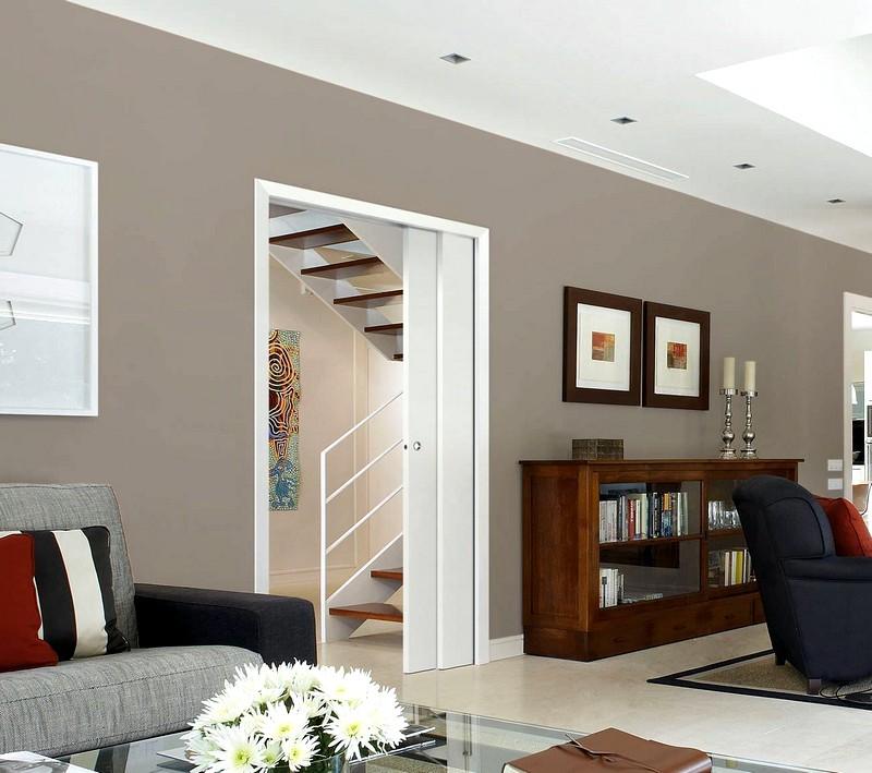 Привлекательный интерьер с белыми дверьми