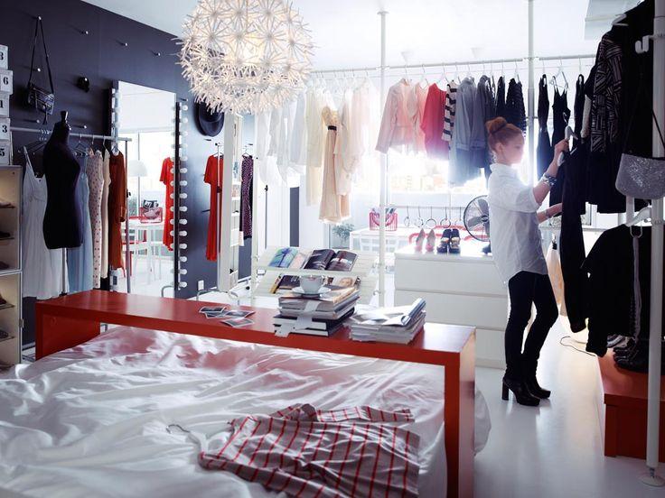 Рабочее место и гардеробная комната