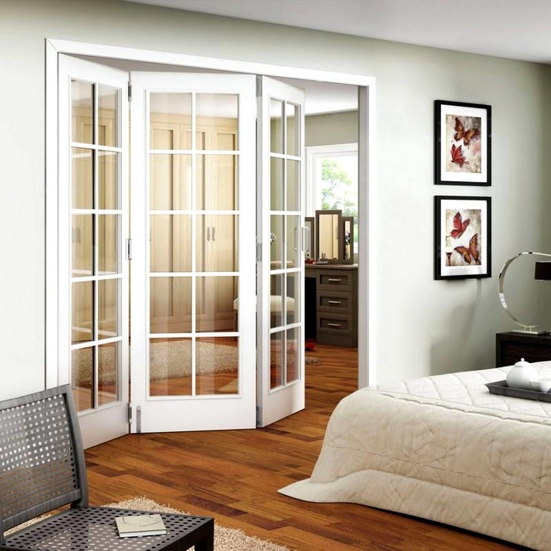 Складные белые двери в спальне