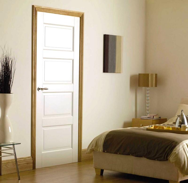 Современная белая дверь в спальне