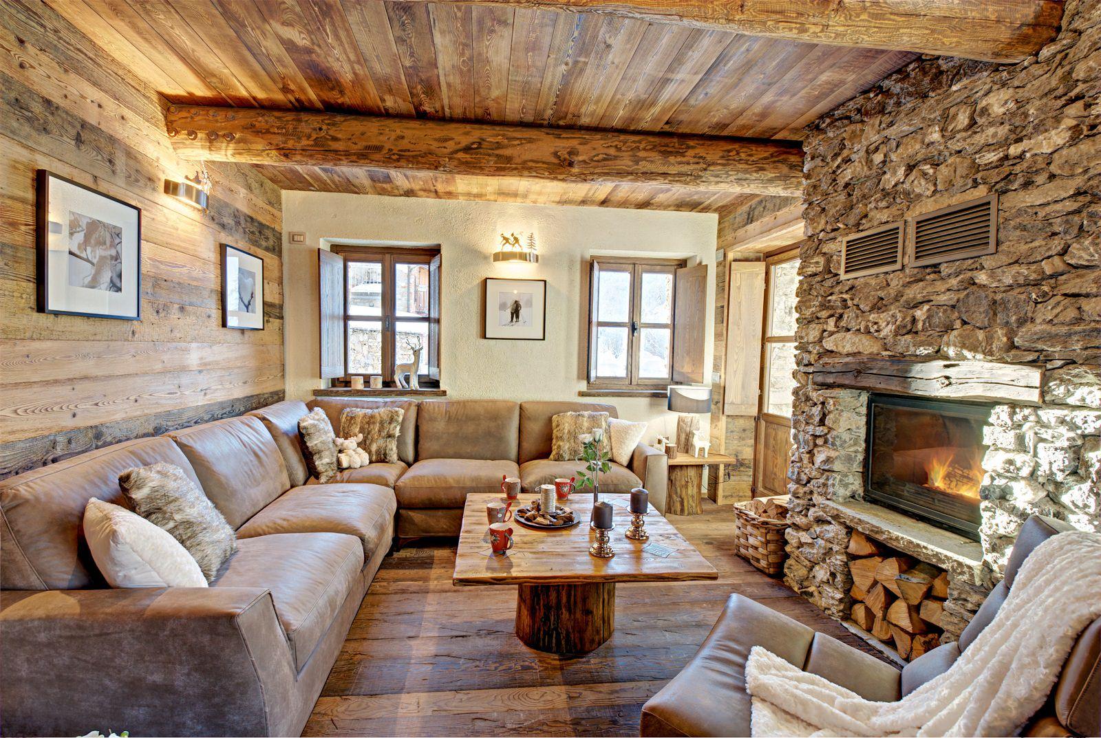 Дизайн внутри частного деревенского дома в стиле шале