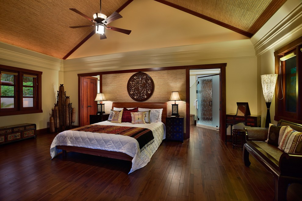 Потолок покрытый рейками из бамбука