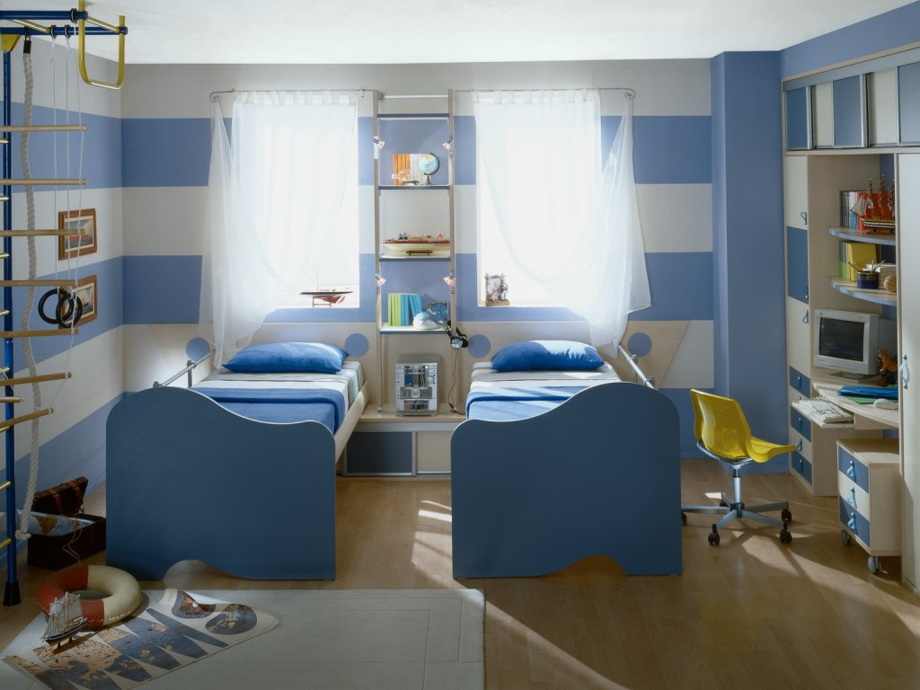 Дизайн интерьера детской комнаты для двух мальчиков в бело-голубых тонах